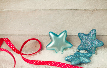 Blaue Sterne auf Holzhintergrund