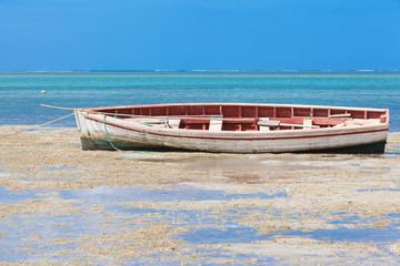 pirogue traditionnelle, anse Mourouk à marée basse
