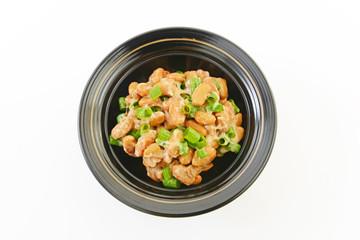 小皿に入れた納豆