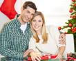 Glückliches Paar an Weihnachten