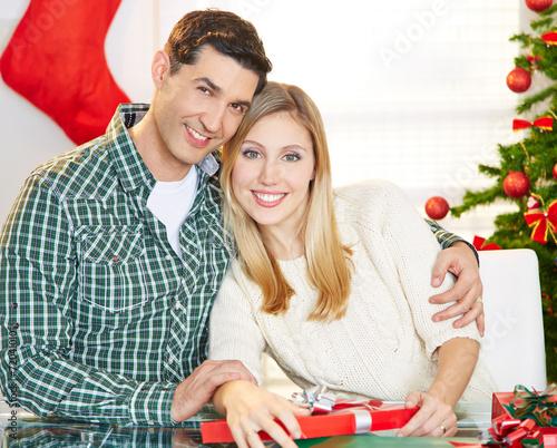 canvas print picture Glückliches Paar an Weihnachten