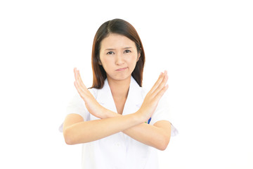 禁止の意思表示をする女医