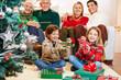 Kinder freuen sich über Geschenke zu Weihnachten
