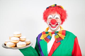 clown mit berliner pfannkuchen auf tablett