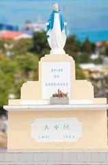 Vierge dominant le chef lieu de Rodrigues, Port Mathurin