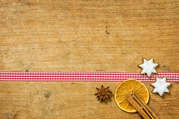 Holzhintergrund mit weihnachtlichen Gewürzen