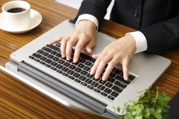 仕事をする女性の手