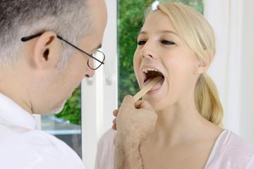 Patient beim Hals Nasen Ohren Arzt