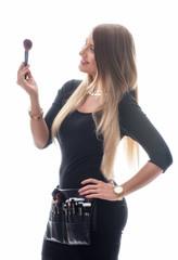 Frau mit Schminkpinsel Set