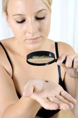 Frau mit Verdacht auf Hautkrebs auf Hand