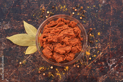 Aluminium Kruiderij Curry paste in glass bowl with various spices