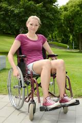 Frau mit Behinderung in Rollstuhl