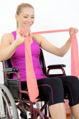 Frau mit Behinderung trainiert im Rollstuhl