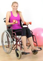 Behinderte Frau im Rollstuhl beim Kraftsport