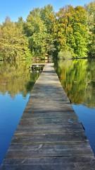 Ein langer Steg führt auf einen See