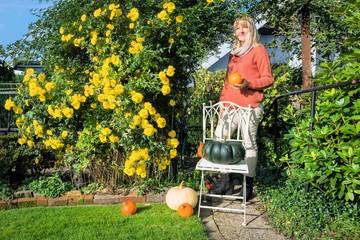 Frau im Herbstgarten
