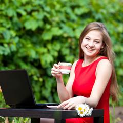 Девушка с ноутбуком на природе