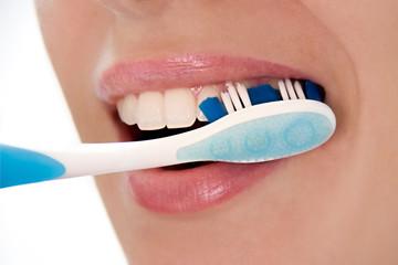 Pulizia di denti con spazzolino