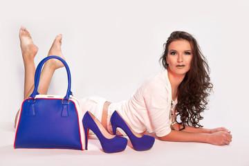 Девушка с сумкой и туфлями