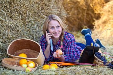 Девушка на сеновале с телефоном