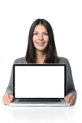 Freundliche junge Frau mit einem Laptop und leeren Bildschirm