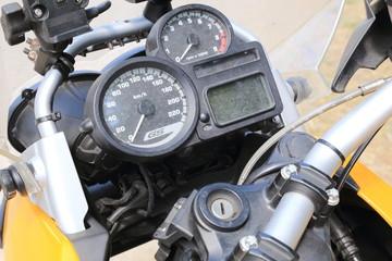 particolare di moto sportiva cruscotto e contachilometri