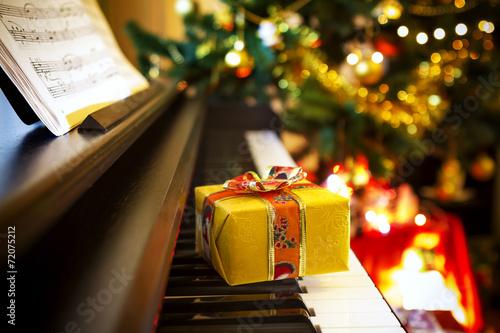 Leinwanddruck Bild Christmas gift on piano