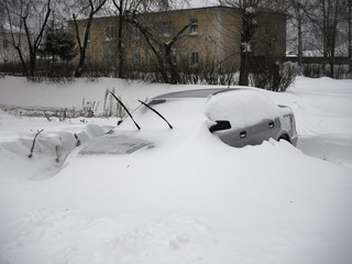 Автомобиль, засыпанный снегом. Снегопад, северный Урал.