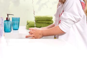 Kind beim Hände waschen, Schutz vor  - onlocation