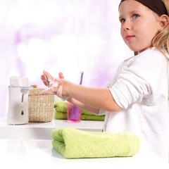 Mädchen wäschst sich mit Seife die Hände