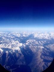 Alpen aus einem Flugzeugfenster