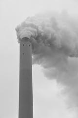 Qualmender Schornstein eines Kohlekraftwerkes