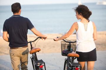 Rückansicht von Touristen beim mit Fahrrädern