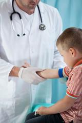 Pediatrist make an injection