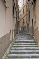 Ruelle étroite à Roimaggiore en Italie