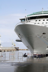 mantenimiento de barco en el puerto