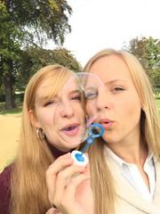 Freundinnen machen Seifenblasen