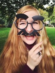 Frau mit lustiger Maske