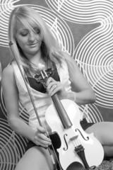 junge Frau mit einer weißen Violine