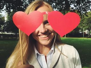 junge Frau hält Herzen
