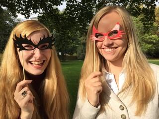 Freundinnen mit Masken