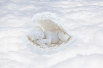 ange endormi sur mer de nuages