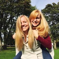 Zwei blonde Frauen haben Spaß zusammen