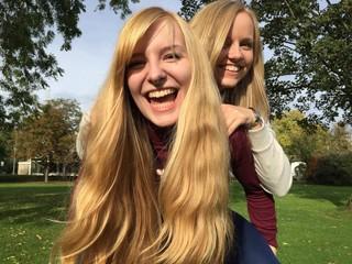 2 Frauen lachen herzhaft