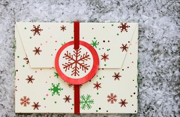 weihnachtlicher Umschlag auf Schneehintergrund