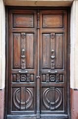 Villanueva de los Infantes, puerta repujada con relieves