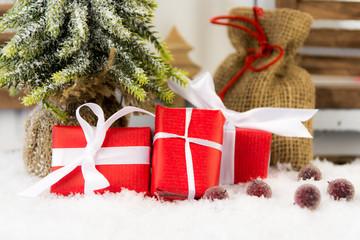 weihnachtsgeschenke am tannenbaum