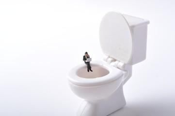 洋式のトイレとミニチュアの人形