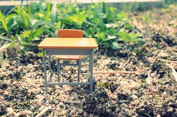 外に置かれた学校の机