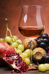 vino rosè con frutta di stagione